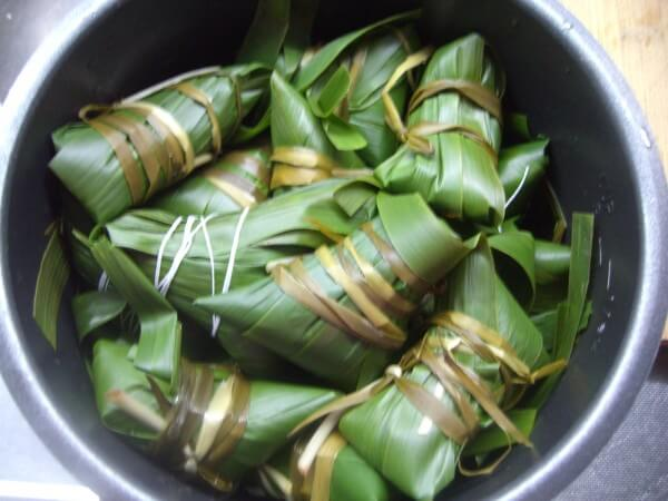 Place the wrapped zongzi in a pressure cooker.