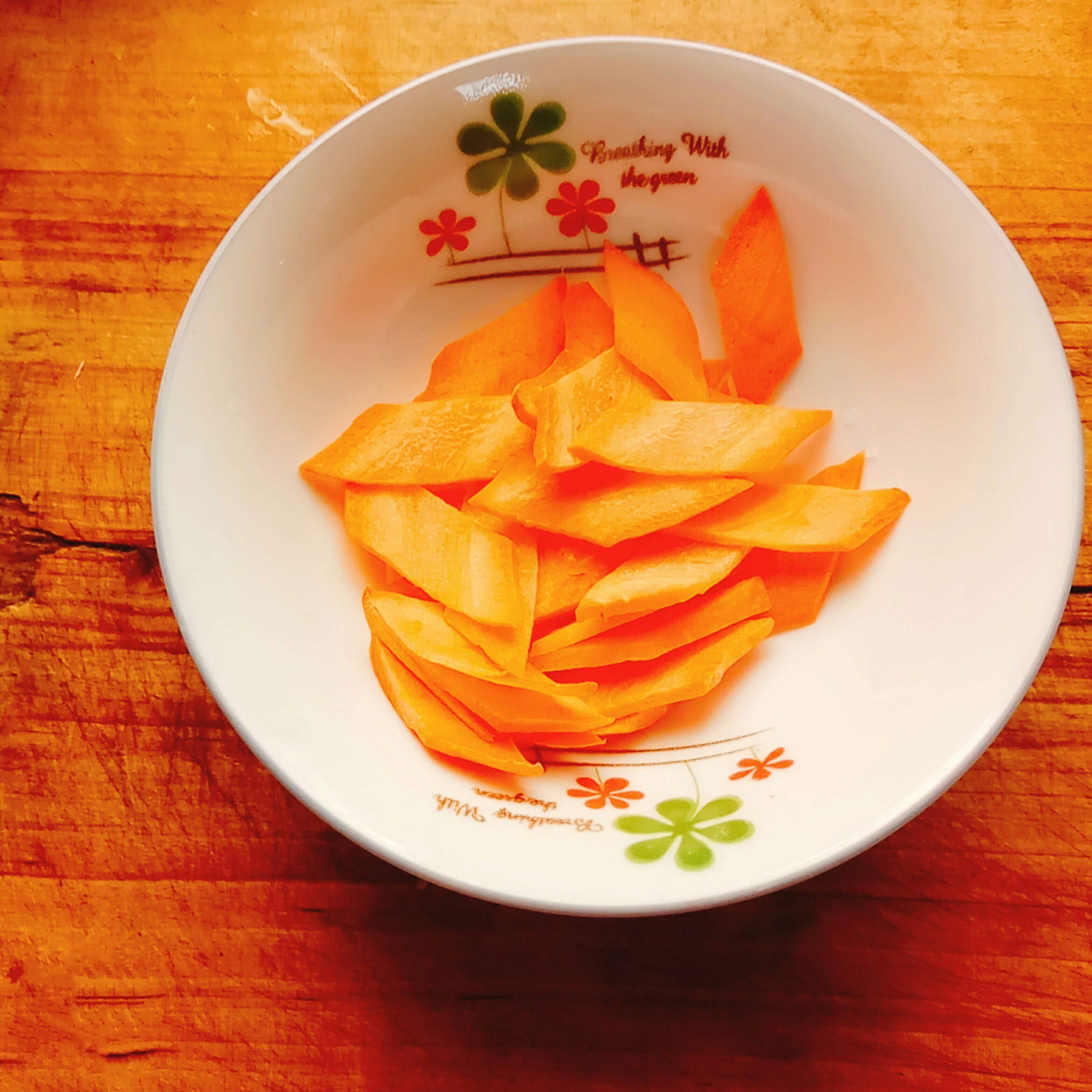 Cut the carrots to pieces and put them in the bowl