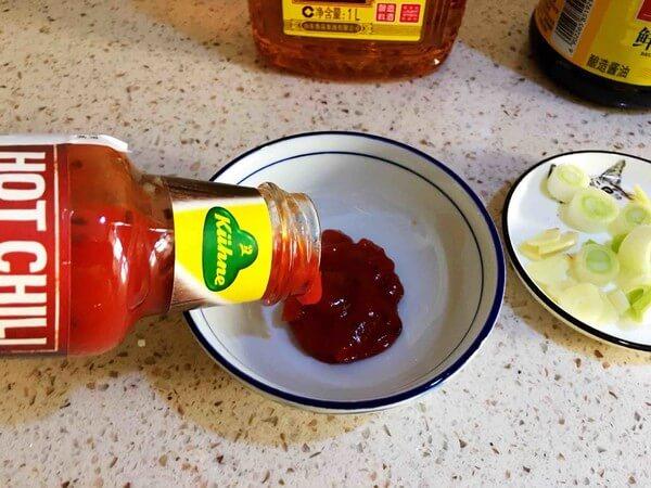Mix Guanli hot sauce,