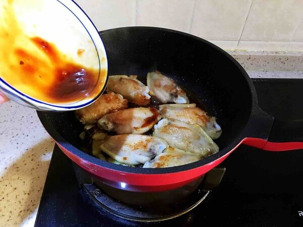 Pour the sauce into the chicken wings.
