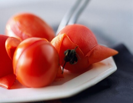 Wash the tomatoes and cut them into pieces.