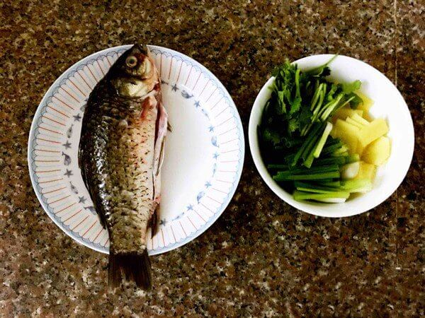 Prepare the material and wash the black film of the fish so that it won't be so fishy.