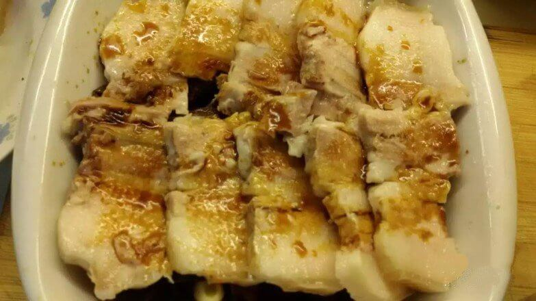 Drizzle with soy sauce. Put in the oven, heat up and down at 230 degrees,