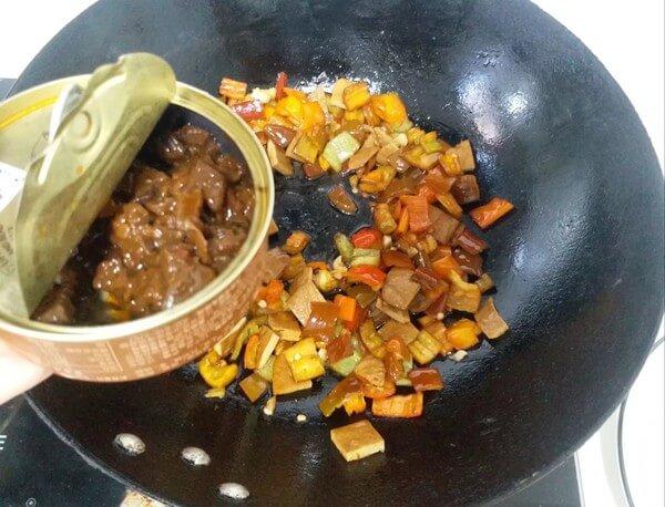 Put a spoonful of shiitake mushroom sauce for freshness