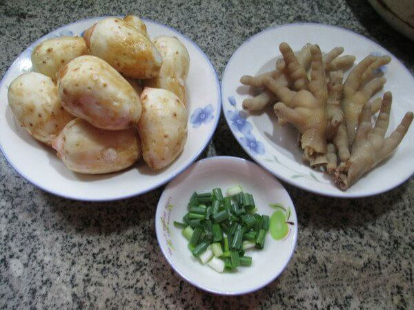 Ingredients: taro (peeled and washed), chicken feet (washed and blanched), chives