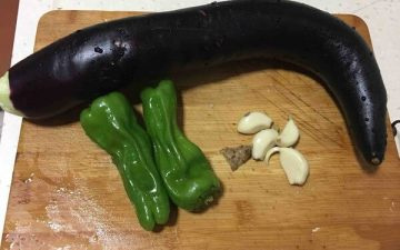 Wash eggplant and green pepper, prepare garlic and ginger