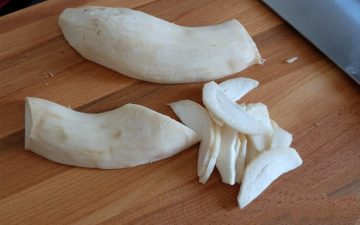 Wash apricot mushroom, split in half, and then cut into thin slices;