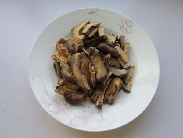 Wash the mushrooms clean and slice