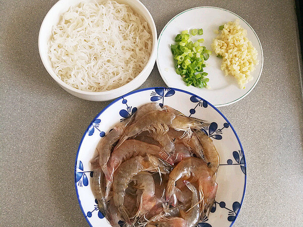 Vermicelli are soaked in cold water for more than 2 hours in advance