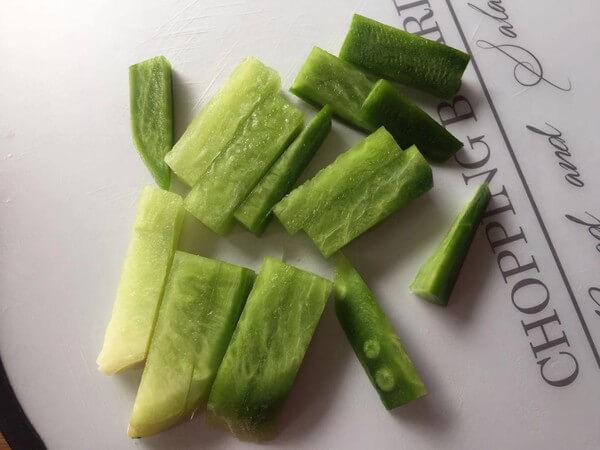 Peel Shawo radish and cut into thick strips