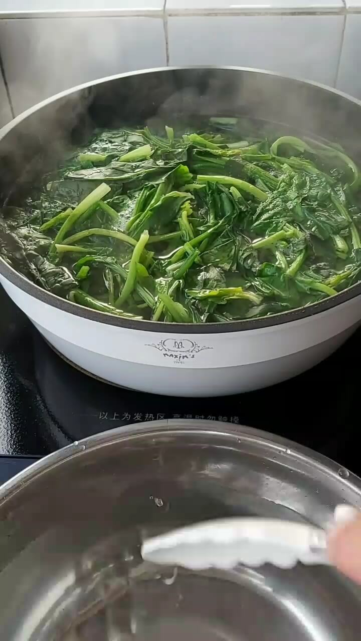 Wash the spinach clean and blanch