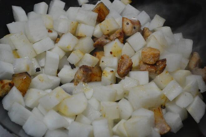 Put radish in, stir fry evenly