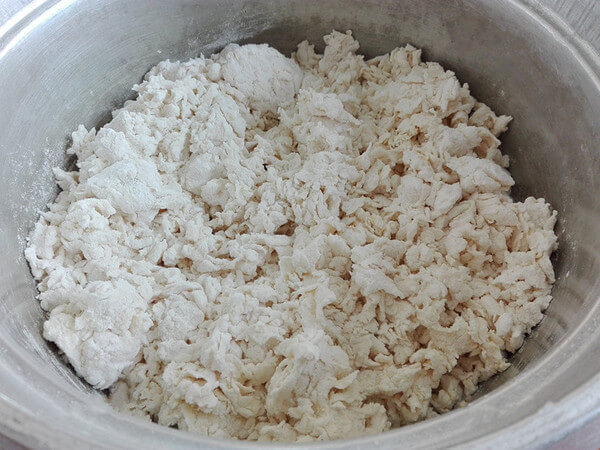 Mix flour and yeast, slowly pour warm water, stir with chopsticks into a floc while pouring