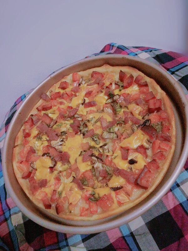 Pizza with Ham and Mushrooms.