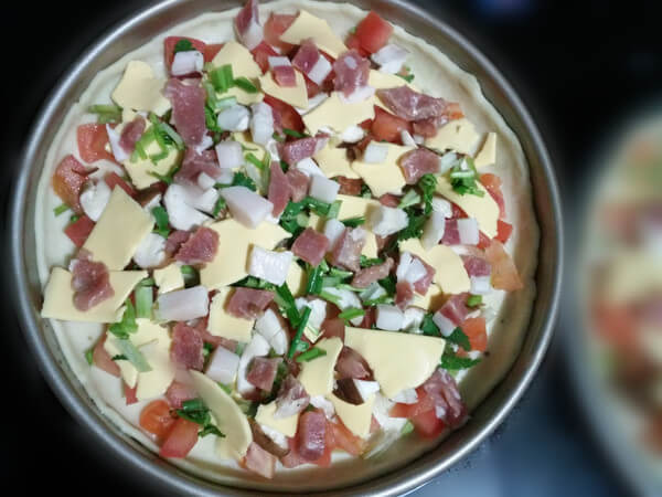 Sprinkle with one-centimeter ham and minced shallots.
