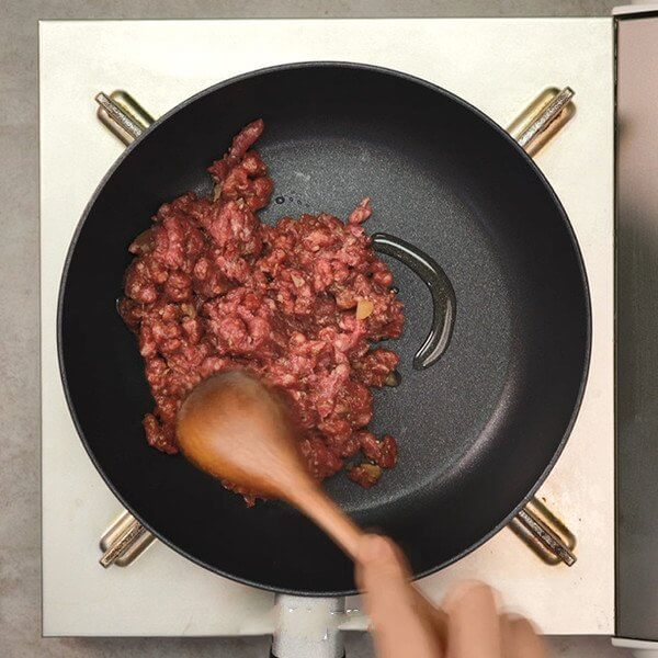 Pour a small amount of oil into a preheated pan, fry the beef and set aside