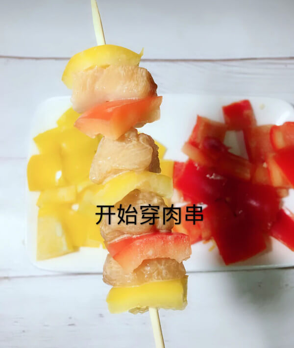 Then skewer the colorful peppers and chicken breast, as shown below.