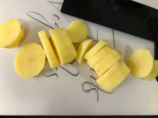 Peel and cut the potatoes into slices.