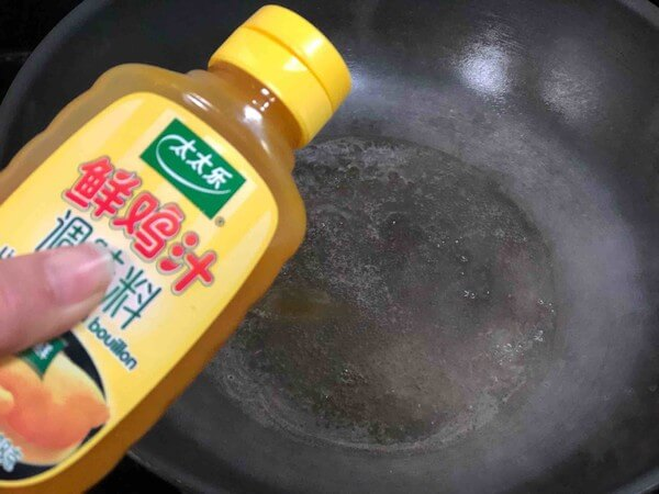 Put a bowl of water in the pot, put a spoonful of Taitaile fresh chicken juice
