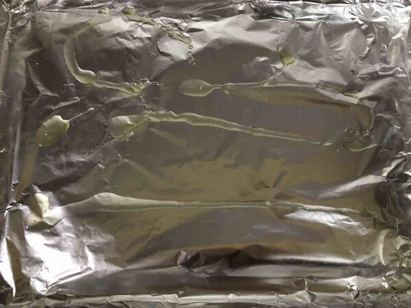 Spread a tin foil on the baking tray and apply a layer of oil.