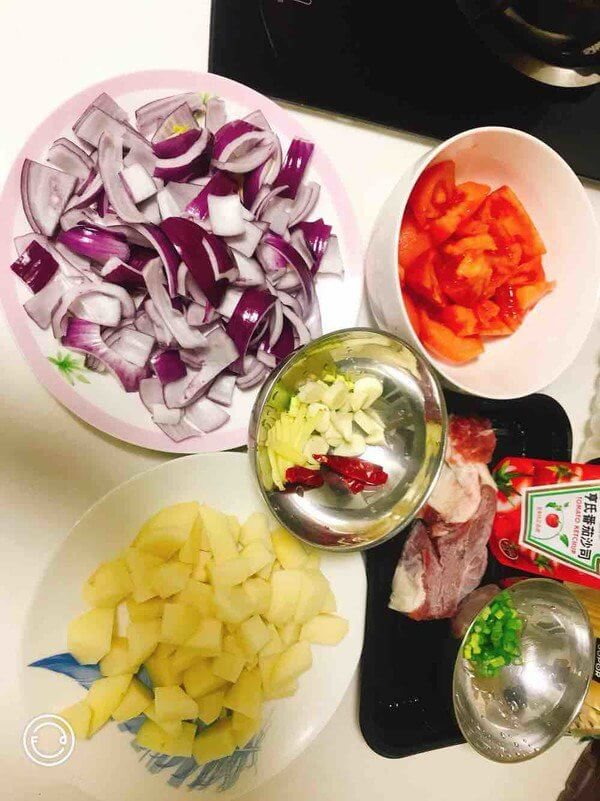 Prepare the ingredients, scald the tomatoes and peel them,