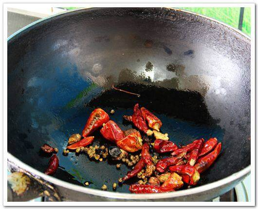 Next, make chili red oil, this dish must have red oil