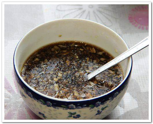 Put ginger and garlic in a bowl, mix in vinegar, soy sauce, sugar, etc.