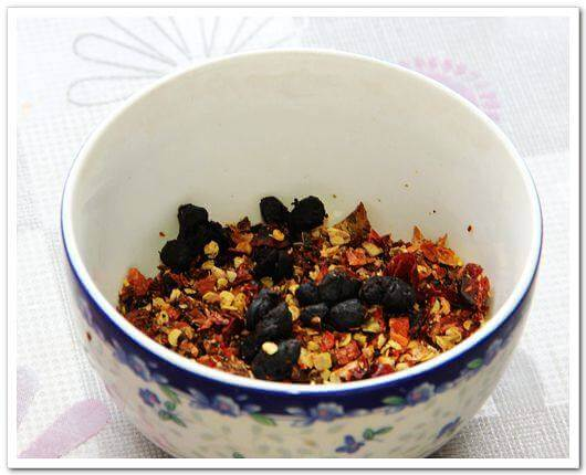 Put the minced chili powder in a heat-resistant bowl, add the right amount of tempeh
