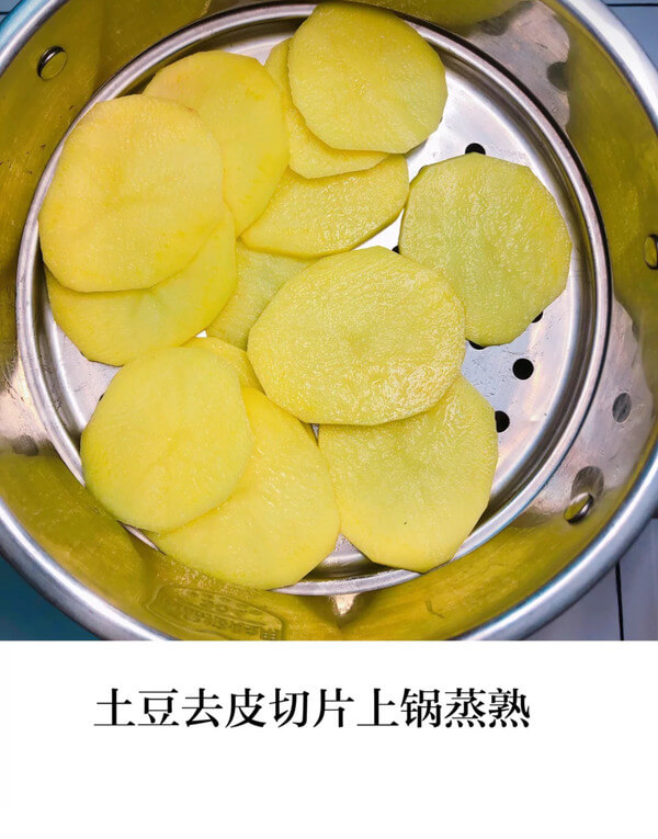 Then peel and cut the potatoes into slices and steam them in a pot, as shown in the figure below.