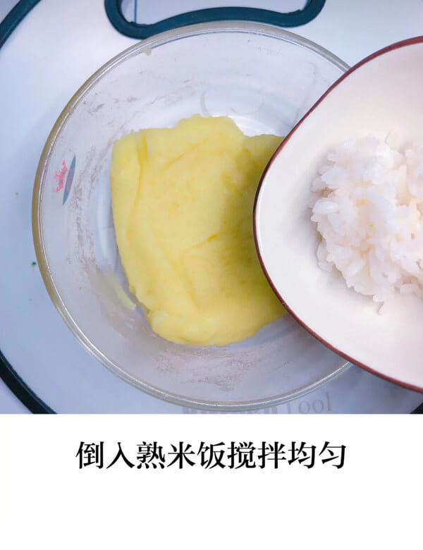 Then pour the rice and stir well, as shown below.