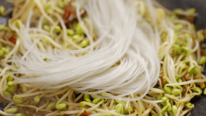 Pour the soaked vermicelli and stir fry, the vermicelli will absorb the vegetable soup