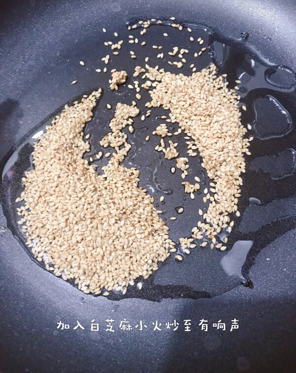 Then put the right amount of edible oil in the pan,