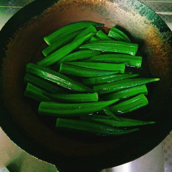 Wash the okra, remove the tail and boil it in boiling water