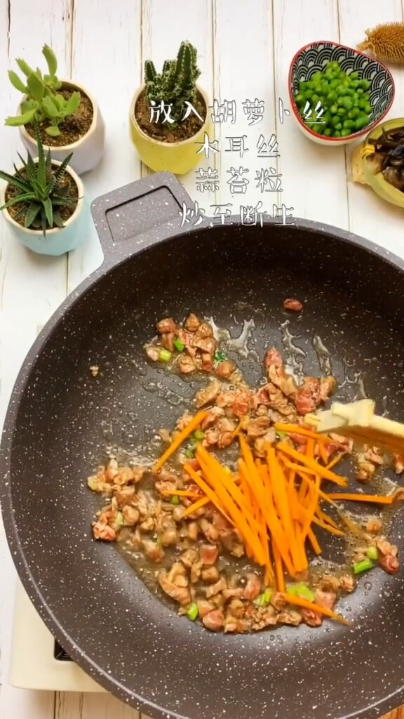 Then add carrot shreds, fungus shreds, and garlic sprouts, and saute until chopped.