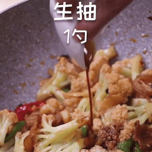 Pour the chicken salt, sugar and soy sauce and stir fry evenly out of the pan