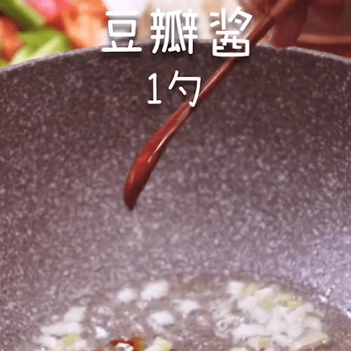 Stir-fried ginger,garlic,garlic,bean paste