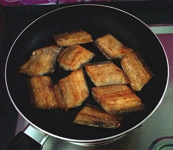 Turn it over after frying the golden color, turn off the heat after both sides have been fried