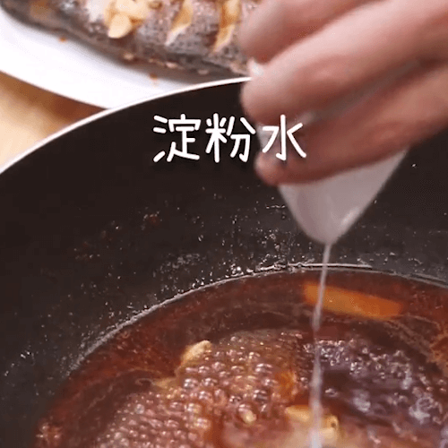 Pouring the soup into the old soy white and sour chicken essence