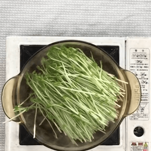 Pea sprouts into the pot, boil water