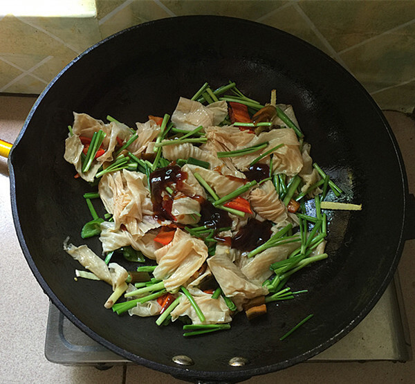 Add oyster sauce after quick frying.