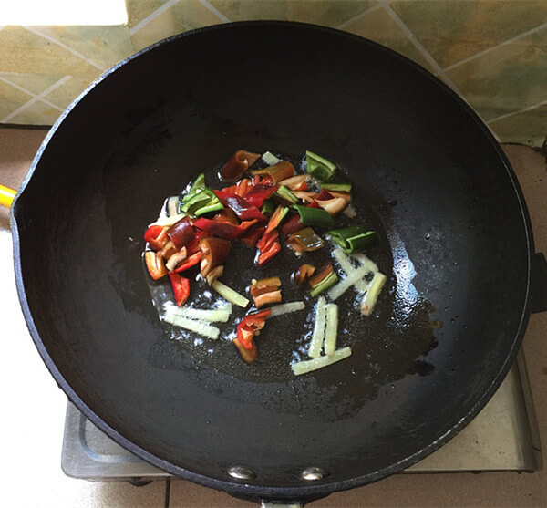 After the aroma comes out, add the red pepper.