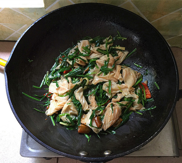 Stir fry evenly, then turn off the heat and remove the pan.