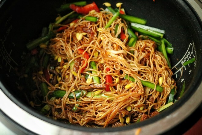 Mix the noodles evenly so that all the noodles are colored.