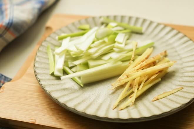 Shallot ginger cut into thin filaments.