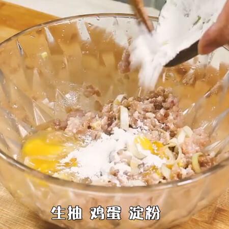 Put onion, ginger, garlic, cooking wine,
