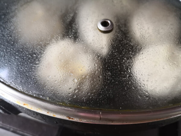 Then close the lid and fry slowly over medium-low heat, and wait for the water to dry before you can get out of the pan.