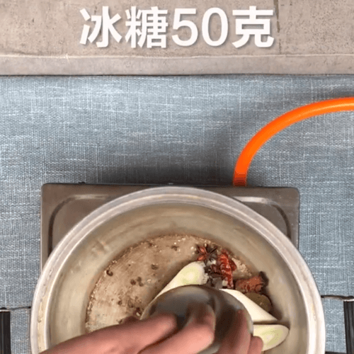 Pour the spices into the pot and put the green onion rock sugar
