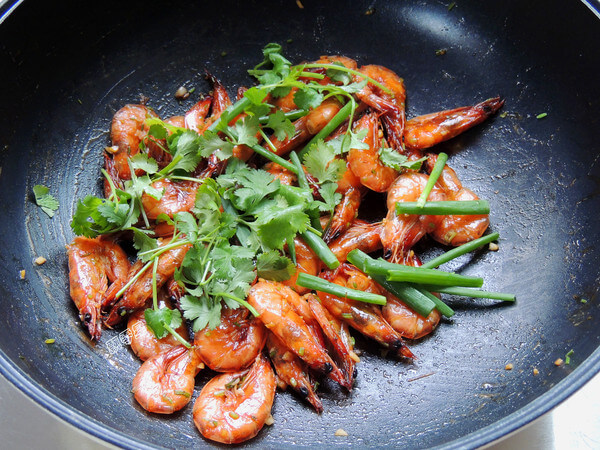 After turning off the heat, add the shallots and cilantro leaves and stir well out of the pan.