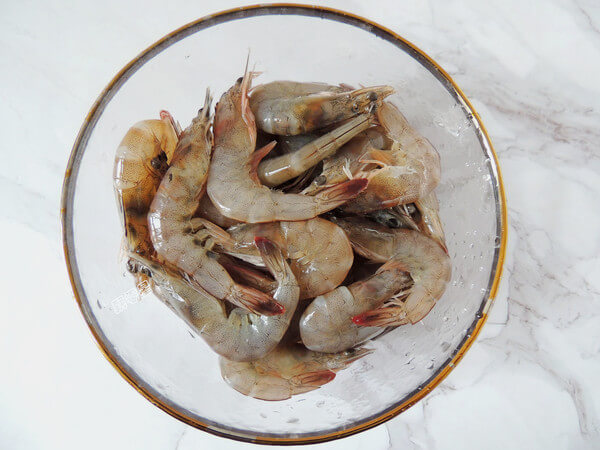 Cut out the prawn whiskers and prawns, pick the shrimp line, clean them and drain them.