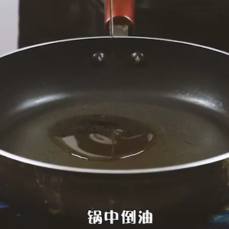 Pour the oil in the pan and add the ginger and spring onion to saute.